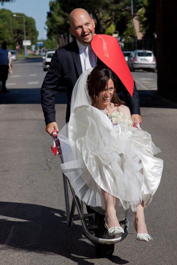 Foto di matrimonio con sposa nella cariola