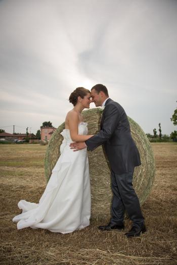 Fotografo di matrimonio foto degli sposi in campo