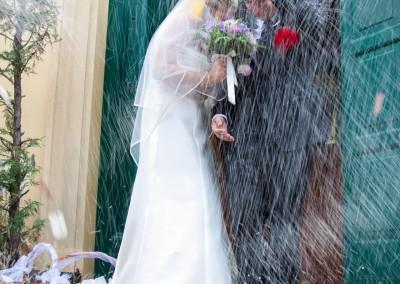 Fotografo al lancio del riso dopo il matrimonio