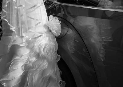 Matrimonio a Minerbio abito della sposa con auto