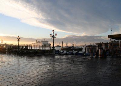 Alba a Venezia Gondole e Nave da Crociera