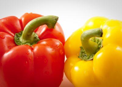 Peperone rosso e giallo su fondo bianco