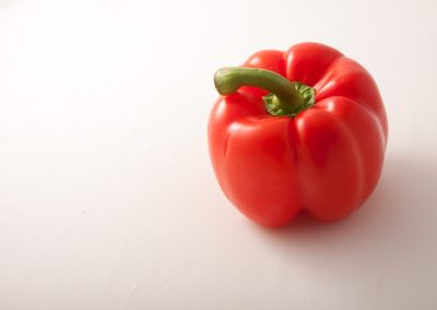 Peperone rosso still life su fondo bianco