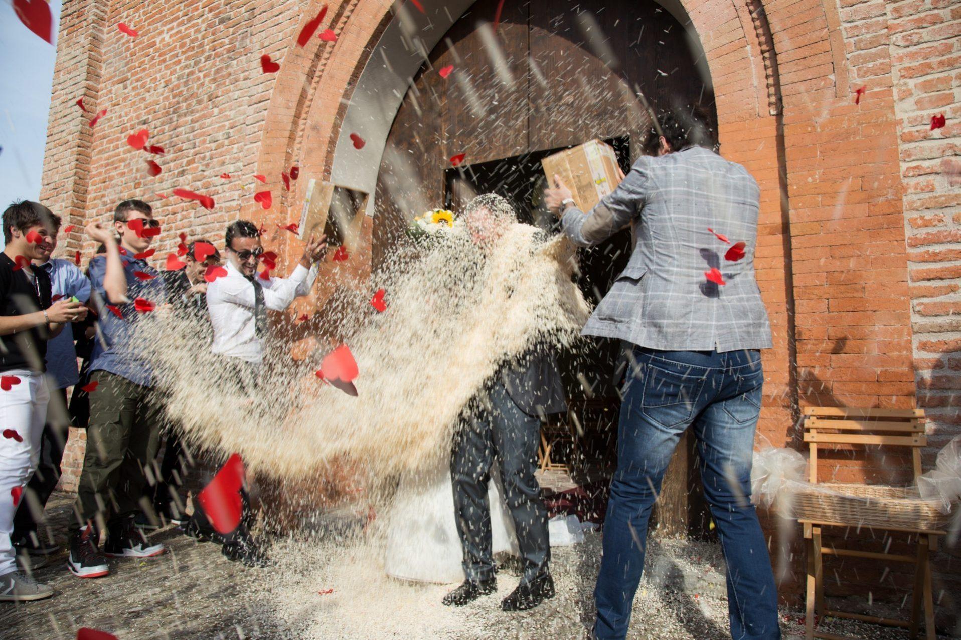 Matrimonio Bologna. Lancio del riso all'uscita della chiesa