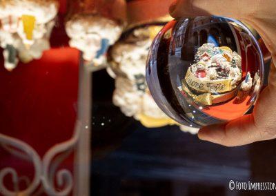 Bologna_in_una_bolla_fotografo_caffe-zanarini-vetrina-natale_dolci_lensball