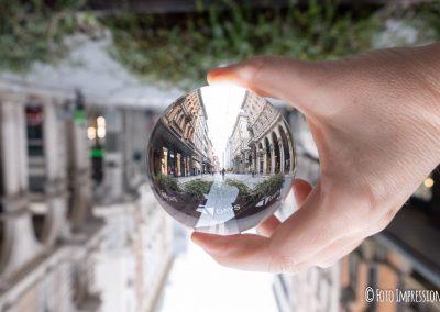 Bologna_in_una_bolla_fotografo_due-torri-garisenda-asinelli_lensball_Foto-Impressioni__via-rizzoli-centro-tdays