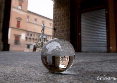 Bologna_in_una_bolla_fotografo_piazza-maggiore-statua-nettuno-palazzo-podesta_lensball