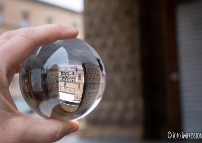Bologna in una bolla fotografo statua fontana nettuno lensball